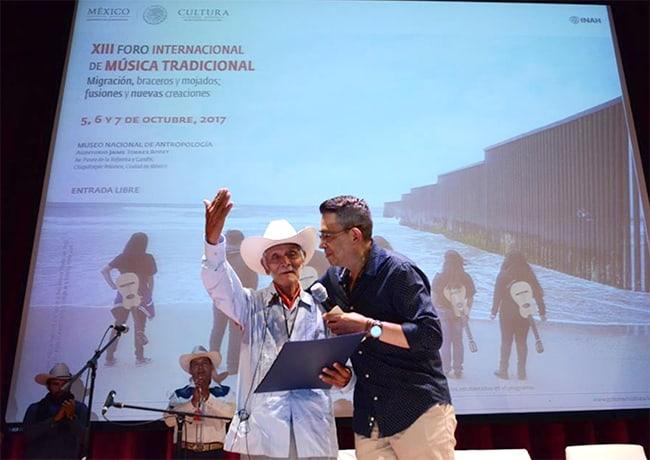 diploma al Mérito a Heraclio Alvarado