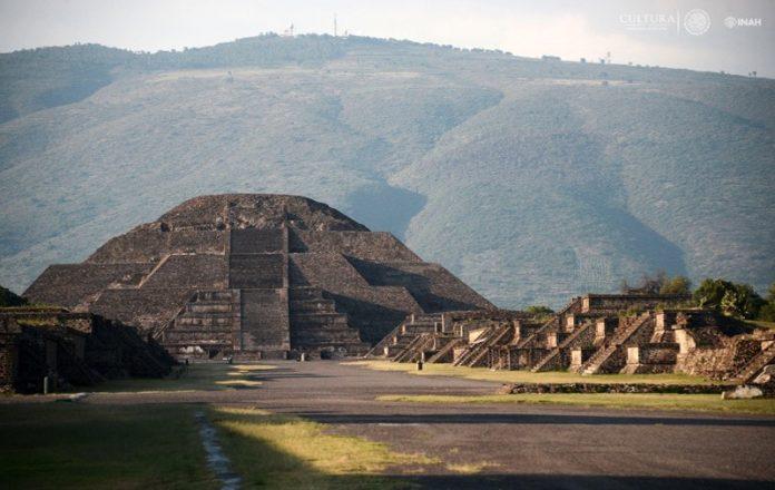 túnel bajo la Pirámide de la Luna