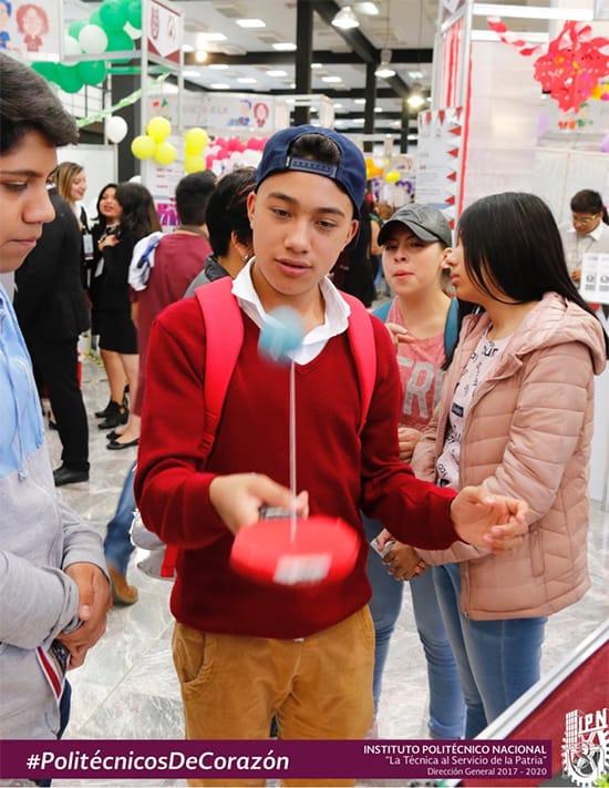 Estudiantes del IPN raqueta cargar dispositivos móviles